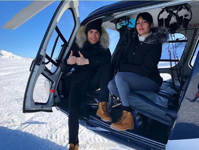 皇马周一放假,C罗跟女友乔治娜去滑雪。