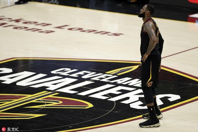 """如果在一个没有工资帽的NBA市场,勒布朗-詹姆斯能拿多少年薪?我们或许可以拿C罗作为参考。 过去几年里,詹姆斯曾多次表示他的薪水低于他的实际价值。""""最终,我不认为我得到的薪水可以反映出我在球场上的价值,因为NBA的规则。""""这话是詹姆斯在2013年说的。"""