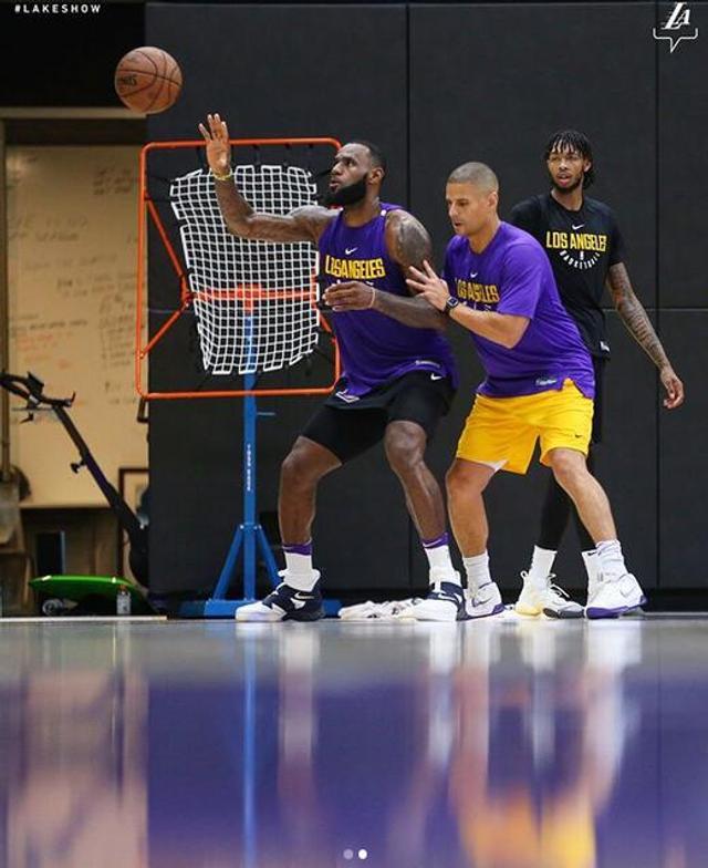 北京时间8月10日,勒布朗-詹姆斯来到UCLA健康中心积极训练。