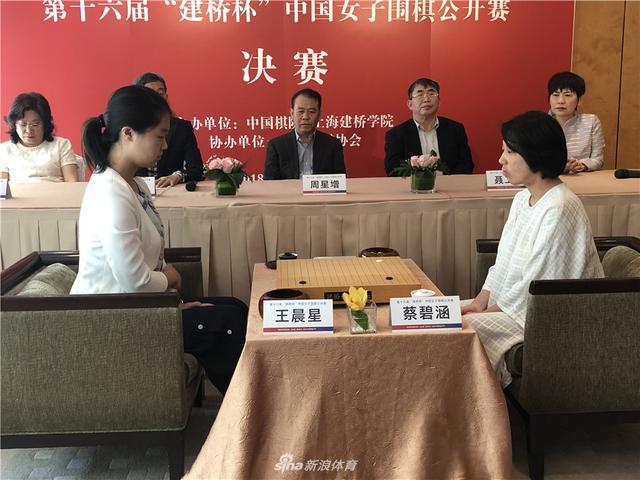 11月9日,第十六届建桥杯中国女子公开赛决赛在香港马可波罗香港酒店进行,蔡碧涵VS王晨星。摄影:yimi