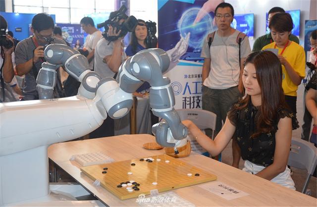 8月10日,人工智能+围棋产业应用成果展媒体体验活动在会展中心1号馆进行。图为现场观众开心体验中。(摄影:何邦)