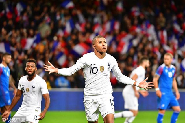 北京时间10月12日3时(法国当地时间11日21时),法国在甘冈进行热身,最终2比2逼平冰岛。客队先下两城,替补出场的姆巴佩制造乌龙并主罚点球命中,帮助法国最后几分钟追平比分。