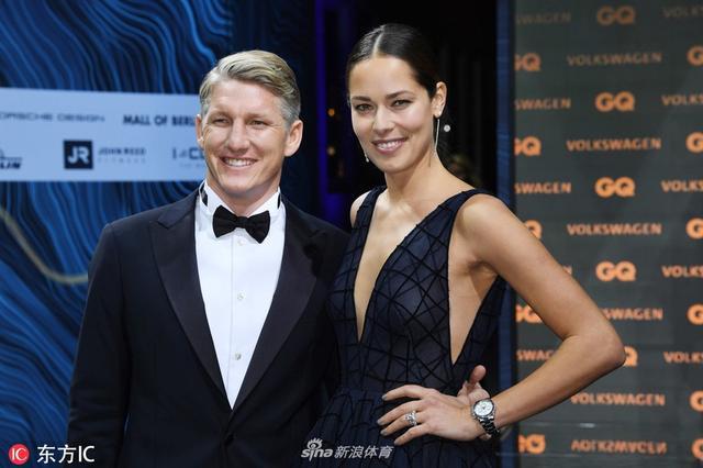 当地时间2018年11月8日,德国柏林,施魏因施泰格携爱妻伊万诺维奇亮相GQ年度时尚男士颁奖礼。