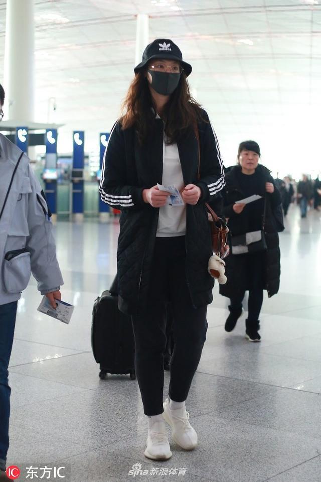 2019年1月11日,北京,惠若琪现身北京首都机场,口罩、帽子一应俱全包裹严实。