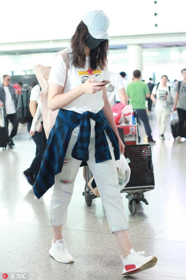 惠若琪戴口罩低调现身首都机场 一路手机按个不停