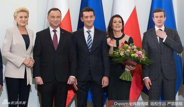 1月12日,A·拉德万斯卡获得波兰复兴勋章,波兰总统安杰伊·杜达为其颁奖。
