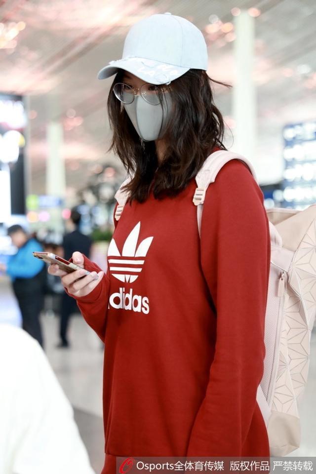 惠若琪低调现身首都机场 口罩遮面轻装上阵气质尽显