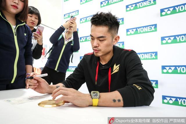 2018年中国(福州)羽毛球公开赛:林丹出席品牌推广活动 为球迷签名、亲切合影