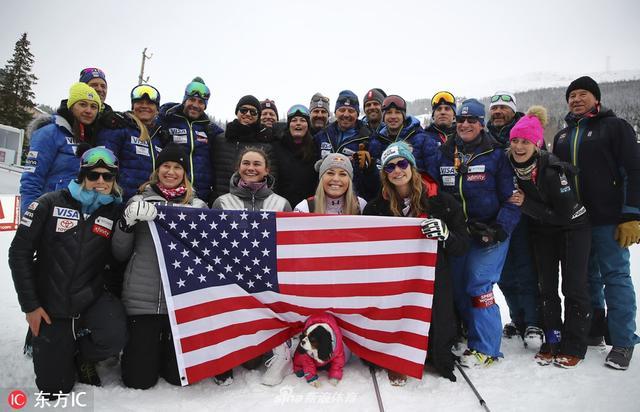 """北京时间2019年2月11日,瑞典奥勒,美国滑雪运动员林赛-沃恩职业生涯最后一战落幕,滑雪女神携各荣誉奖牌亮相。34岁的沃恩曾在2010年温哥华冬奥会上摘得金牌,还曾82次收获世界杯分站赛冠军。""""坦白说,退役不会让我很痛苦,但是没有在职业生涯冲击更高、更多的荣誉,将让我遗憾终生。不过话说回来,82个世界杯分站赛冠军,20个世界杯总冠军,3枚奥运奖牌以及7枚世锦赛奖牌,当我回望这些成绩的时候,我可以很自豪地说,历史上没有任何其他女选手能做到这些,我可以为此终生自豪了。""""沃恩说。"""