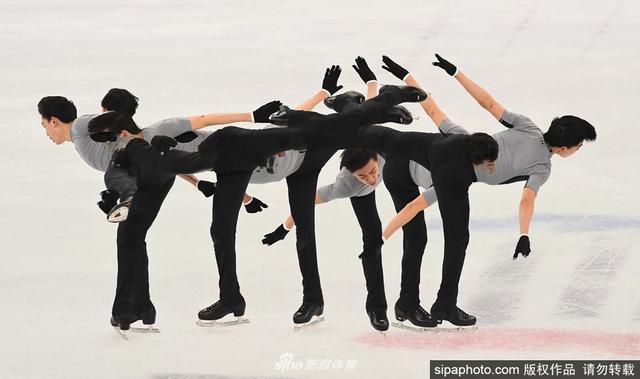当地时间2018年2月13日,2018平昌冬奥会,花样滑冰选手场内训练。