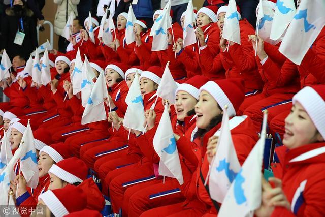 2月12日,2018平昌冬奥会现场,朝鲜美女啦啦队为韩朝女子冰球联队助威,红衣红帽超抢眼。