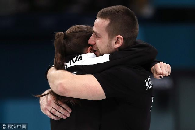 2018年2月13日,2018年平昌冬奥会冰壶混双铜牌战:俄罗斯8:4胜挪威。俄罗斯夫妇获胜后相拥庆祝。