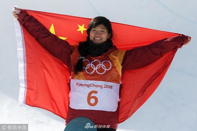2018年2月13日,2018平昌冬奥会单板女子U池颁奖仪式,刘佳宇身披国旗庆祝夺银。