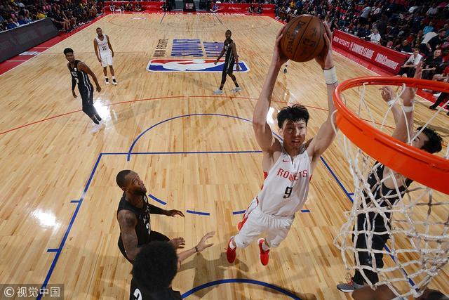 周琦双手暴扣——北京时间7月12日,NBA夏季联赛继续进行,火箭109-102轻取篮网,周琦登场22分钟,贡献17分7板3帽1助1断率队取胜。