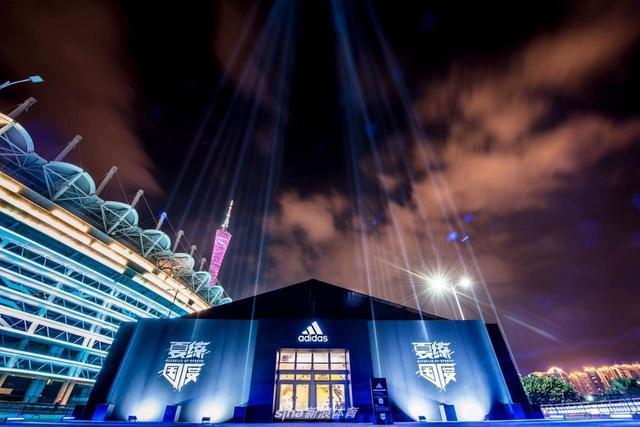 """北京时间8月12日,詹姆斯-哈登中国行来到广州,出席""""夏练国度""""广州站开幕仪式,与球迷互动,还为舞狮点睛。"""