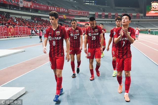 北京时间5月16日晚,2018亚冠1/8决赛次回合,上港主场2-1击败鹿岛鹿角,但总分3-4被淘汰出局,赛后上港众将难掩沮丧。
