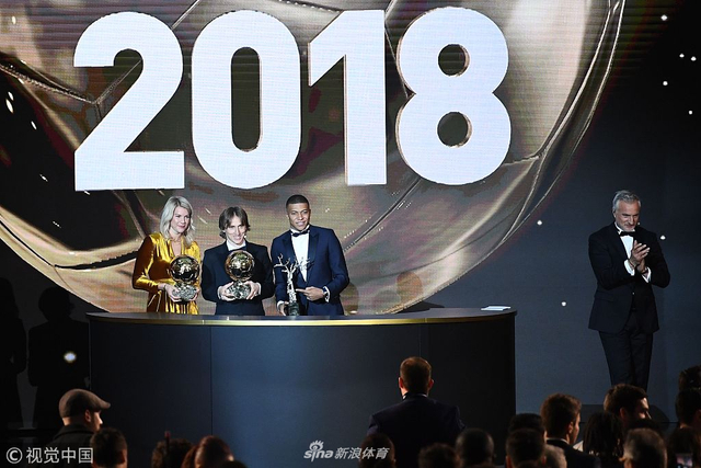 12月4日,《法国足球》在巴黎大皇宫揭晓2018年金球奖得主,莫德里奇荣膺大奖,完成年度个人荣誉大满贯,姆巴佩获得新设立的科帕奖;效力里昂的挪威前锋赫格贝里获得首届女子金球奖。魔笛打破梅罗10年垄断荣膺该奖项。C罗第2,梅西仅第5。