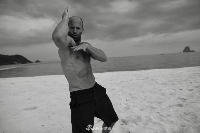今年50岁的英国男星杰森-斯坦森如今依然一身肌肉,胸肌和腹肌堪比健美冠军,他也被评为好莱坞最健美男星排行榜冠军;近日杰森在接受采访时表示,当年他在英国跳水队时苦练的基本功给了他很好的基础,现在他每天都要进行一个小时的器械训练,完美肌肉的背后全是汗水。来看看他的运动训练写真:
