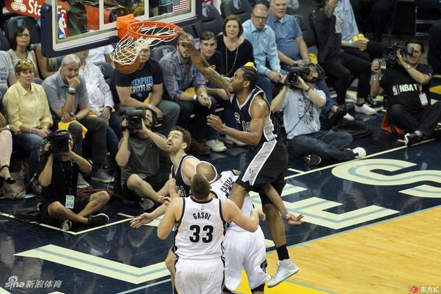 北京时间4月21日,NBA西部季后赛第一轮第三场,灰熊回到主场105-94战胜马刺扳回一城,目前大比分1-2落后。
