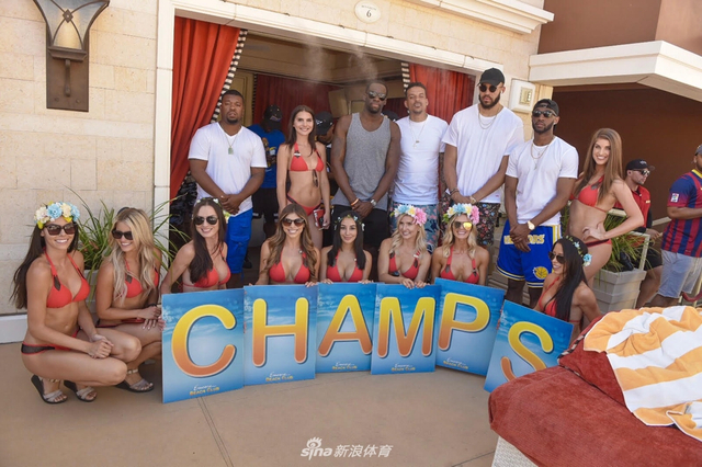 6月19日,勇士队的格林、汤普森、麦基、伊戈达拉和克拉克来到拉斯维加斯的豪华俱乐部Encore Beach Club,该俱乐部常年举行泳池派对,里面更是充斥了美酒和美女,一起来看看:
