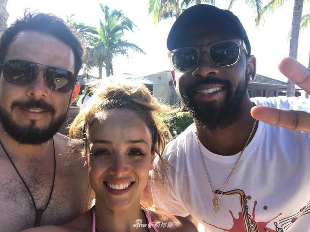 欧文和自己的哥们一行来到巴哈马群岛度假,欧文在路上碰到球迷合影的要求都一一满足,甚至还为所有遇到的女球迷买酒;暂时远离转会的各种繁琐,欧文正享受自己的生活。