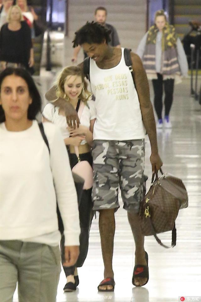 当地时间2017年8月11日,美国加州洛杉矶,诺奎拉与女星苏琪-沃特豪斯勾肩搭背。