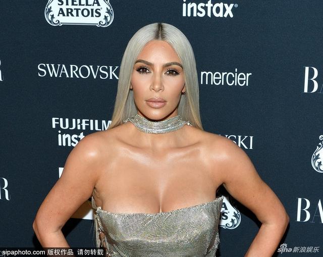 时尚芭莎派对金·卡戴珊火辣现身,金大姐穿银色抹胸裙亮相,霸气测漏,一对美胸更是呼之欲出。