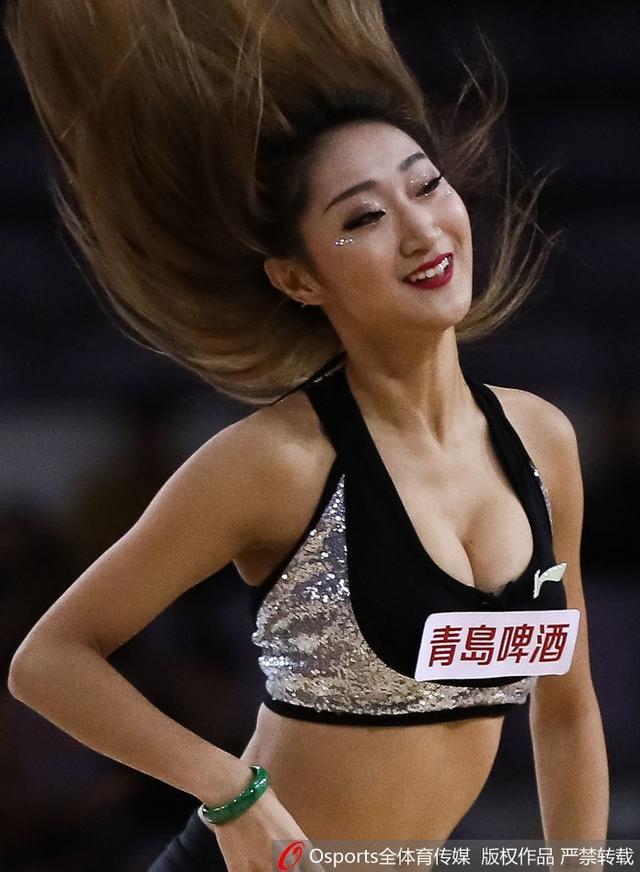 CBA北京北控在主场对阵福建,北控的拉拉队篮球宝贝们赛场热舞。