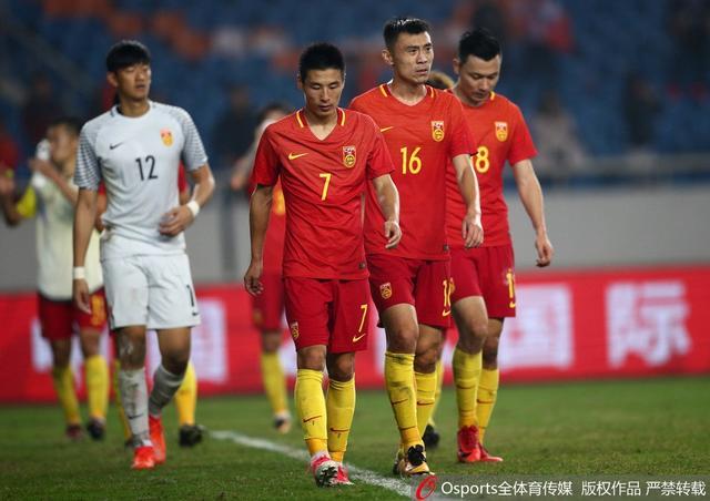 北京时间11月14日晚,中国国家男足在重庆进行的热身赛中0-4负于世界排名第13位的哥伦比亚队。哥伦比亚队开场第5分钟就取得入球,此后又多次制造威胁攻势,张琳芃两度救险避免失球;第56分钟,武磊错失单刀球良机,此后哥伦比亚队在短时间内连入2球;进入补时阶段,博尔哈在快速反击中梅开二度。
