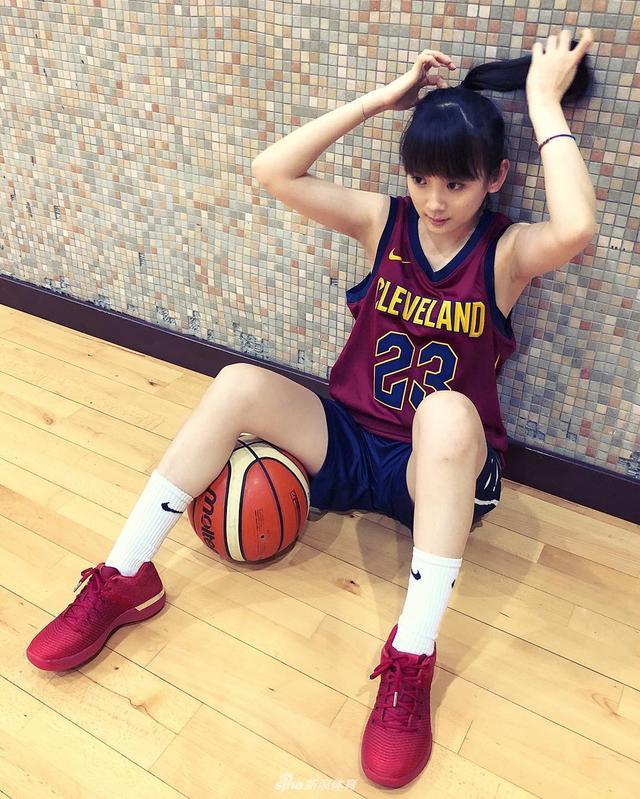 """来自台湾的篮球女孩王宇君,外号叫做""""洗菜""""。王宇君毕业于台湾淡江大学土木工程学系,喜好篮球、歌唱与表演艺术;值得一提的是她有一手精准的三分,网友们也称她为新生代篮球女神,她的偶像是勒布朗-詹姆斯,一起来看看这位萌妹子:"""
