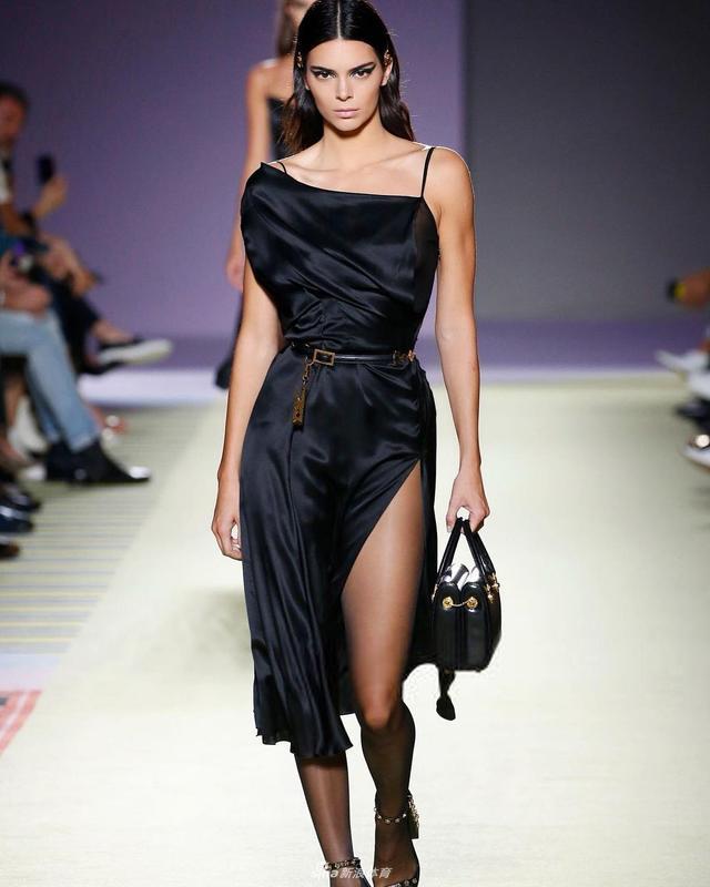 近日,NBA新人王76人队西蒙斯前女友肯达尔-詹娜来到米兰参加时装周走秀,大长腿十分撩人,来看看詹娜走秀和平时的美照: