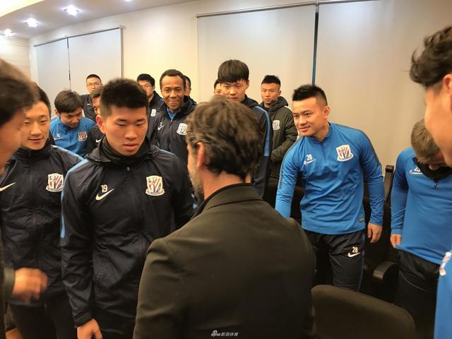 北京时间12月28日下午,申花新任主帅弗洛雷斯抵达康桥基地,与全体队员会面。(小虎)