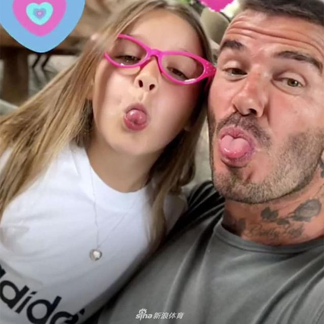 近日,贝克汉姆在自己的社交媒体上发布了和自己女儿小七哈珀的照片,小七看起来明显比过去大了不少,女孩真是一年一个样,一起来看看: