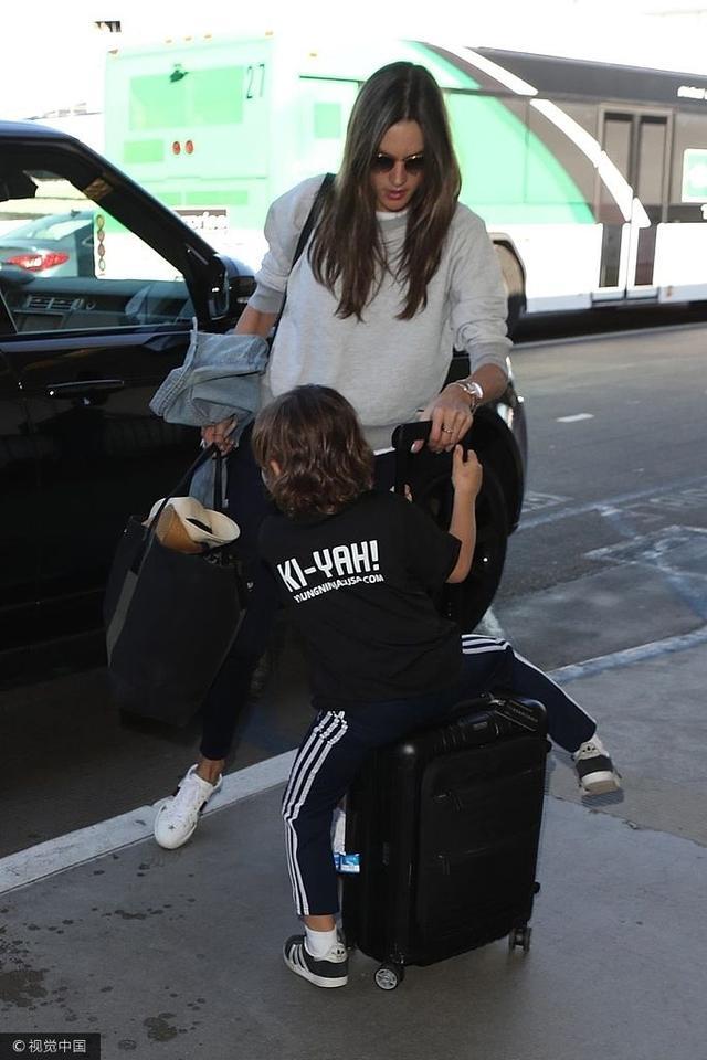 """亚历山大·安布罗休带着一双女儿现身机场,她制止儿子骑行李箱,尽显""""虎妈""""范,1人带2娃出行的她不仅随时照看孩子,爱拎着大包和行李箱,母爱爆棚!"""