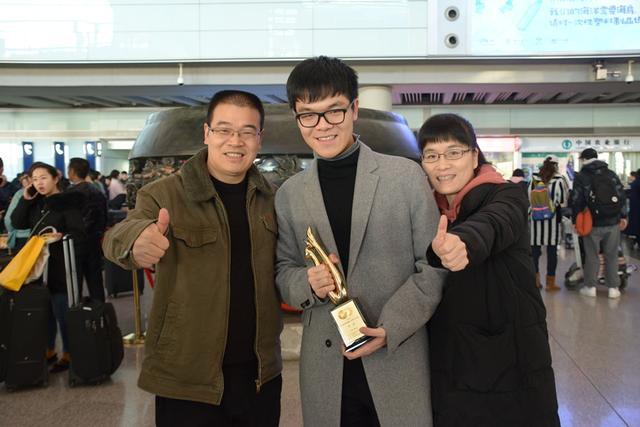 12月6日,刚刚夺得第23届三星杯冠军的中国棋手柯洁返回北京,柯洁父亲柯国凡,母亲周柳萍到机场迎接凯旋而归的儿子。摄影:周游、柯国凡