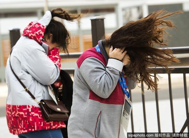当地时间2月14日,2018年平昌冬奥会进入第五天,江陵、平昌等地遭大风吹袭。位于江陵的媒体村,强风吹得沙尘漫天,多处设在场馆外的媒体工作间被迫关闭,安检棚也被大风掀翻。当地两次发出强风预警短信。