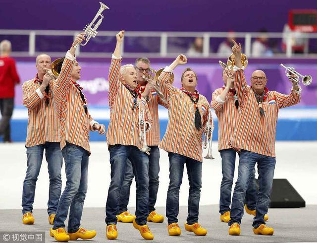 当地时间2月14日,2018平昌冬奥会进入第五日。在速度滑冰女子1000米决赛之前,荷兰一支乐队在赛场内进行表演,而到场的荷兰粉丝也身着奇特饰品为荷兰队员加油。最终荷兰名将特-莫尔斯战胜两名日本名将小平奈绪和高木美帆获得这个项目的金牌。