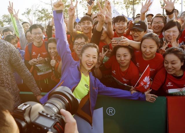 近日,2017年绍兴国际马拉松鸣枪开跑。江一燕以绍兴国际马拉松赛形象大使身份出席起跑仪式并作为领跑嘉宾现身比赛现场。她一身运动装,高吊马尾辫,元气十足,活力满满。