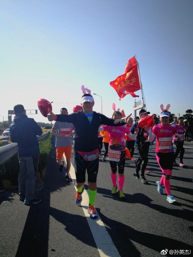 """""""2018中国.如皋长寿之道,健康马拉松""""让我们体验一种105岁老人给我们加油呐喊,一路上有很多百岁人的拉拉队,风景优美,景色宜人,长寿之道孝为先!"""