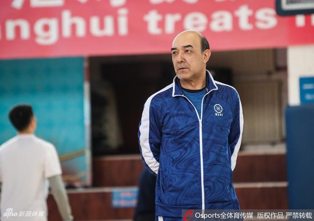 北京时间12月7日,新疆男篮新主帅阿的江、大外援哈达迪现身球队公开训练。