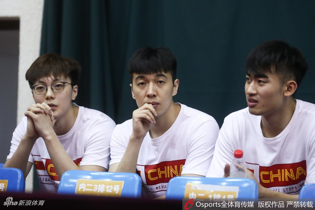 北京时间6月12日,中澳男篮对抗赛男篮红队对阵澳洲NBL联队,男篮蓝队场边观战。
