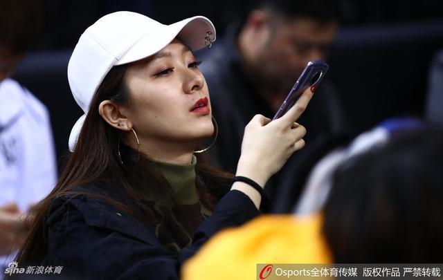 北京时间1月13日,CBA全明星星锐赛,翟晓川与妻子现场观战。