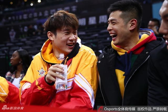 北京时间1月13日,CBA全明星正赛球员观战星锐赛。