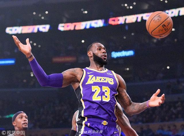 北京时间12月6日,NBA常规赛,洛杉矶湖人主场121比113力克安东尼奥马刺。勒布朗-詹姆斯42分,朗佐-鲍尔14分9助攻,凯尔-库兹马22分,英格拉姆受伤离场,德玛尔-德罗赞32分,鲁迪-盖伊31分。