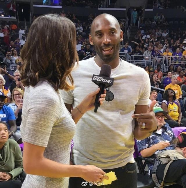 北京时间6月19日,科比带着两个女儿,重回斯台普斯中心,观看了WNBA洛杉矶火花队的比赛。当他出现在大屏幕的时候,现场响起了MVP的喊声,让人依稀感觉回到了从前。只是,科比那发福了的肚腩上,还是能够把球迷从回忆中拉回来。其实,自从退役之后,科比就开始有点发福了。正所谓心宽体胖,可见老科的日子过得滋润。