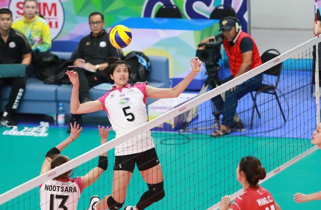 北京时间7月12日消息,2018年女排亚俱杯昨日于哈萨克斯坦结束了小组赛首轮的争夺,代表中国出战的江苏中天钢铁女排0-3(20-25,22-25,11-25)不敌泰国联赛冠军春武里至尊女排无缘开门红。