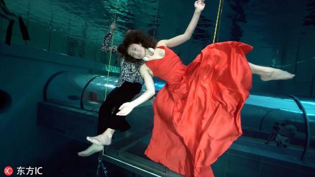"""2019年1月9日报道,艺术家Marina Kazankova和潜水员Dmitrij Malasenko在位于意大利帕多瓦市的世界最深游泳池——""""Y-40"""",献上了一场破吉尼斯世界纪录的表演。"""