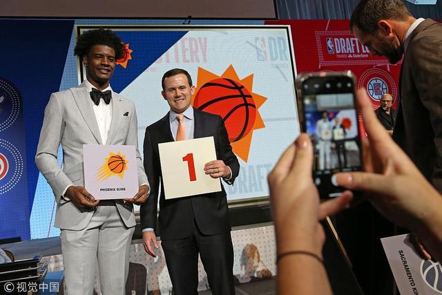 北京时间5月16日,2018年NBA抽签大会如期举行。太阳队抽到了状元签,骑士抽到了第8顺位。
