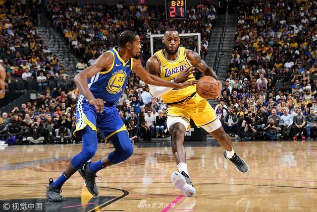 北京时间10月11日,NBA季前赛继续进行,勇士和湖人在拉斯维加斯展开对决,詹姆斯再次碰上老对手勇士。