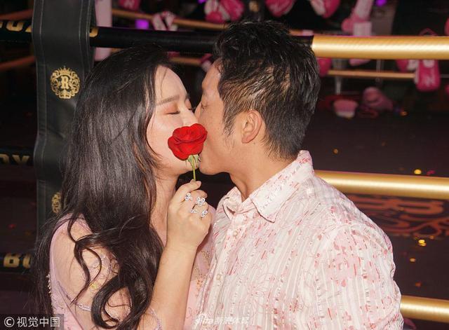 10月9日上海,邹市明一家为冉莹颖庆生狂撒狗粮,拳王奉上工资卡哄娇妻开心。